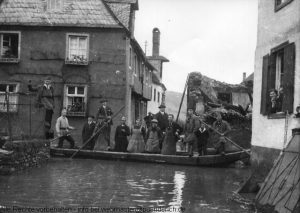 Hochwasser 1931 - im Hintergrund die Brandruine des Brandes vom 11.09.1930